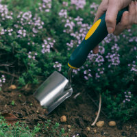 Planting new plants with a Hoselink Trowel